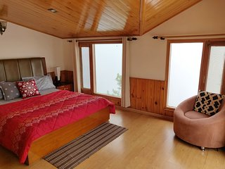 The Cloudberry, Cozy 2 BHK attic home with stunning views