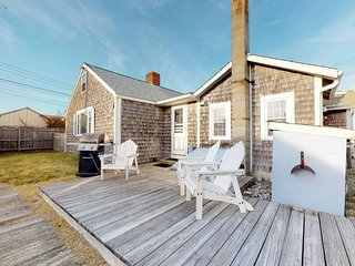 NEW LISTING! Bayfront cottage w/patio & wood fireplace-on the beach, near P-Town