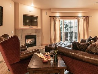 Downtown Leavenworth Lodge inspired Condo, WiFi, Sat. TV, walk to it all!