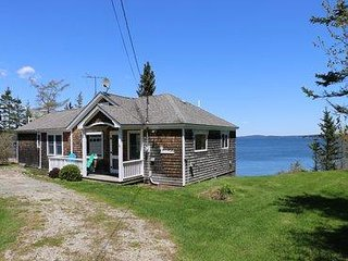 Cozy cottage near the water, outdoor private deck with spectacular views!