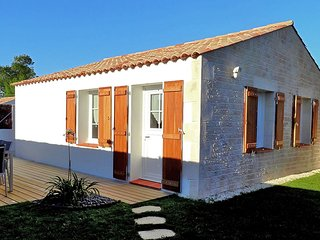 Great value cottage on the coast, 10 minutes from beach and amenities.