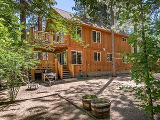 Two Decks & Hot Tub in South Lake Tahoe – Near Acres of National Forest!