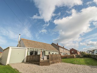 2 DUCK COTTAGE, open-plan, WiFi, in Beadnell