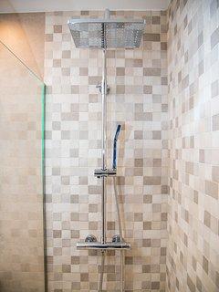 acogedor y cálido baño, plato de ducha de muy fácil acceso y antideslizante.