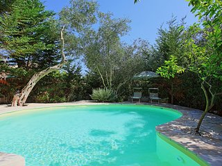 Shared pool, A/C, Wi Fi, amazing gardens, near beach