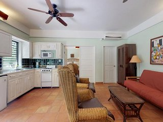 Oceanfront condo w/ shared pool, ocean view & AC - walk to beach!