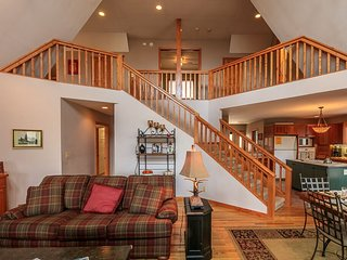 Beech Creek Lodge- 3 mi to skiing, views! Skiing, hiking, golf, tennis!