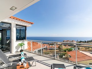 Canico VI, spacious apartment with pool and ocean view