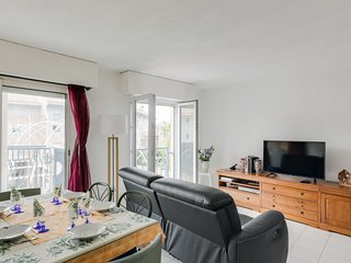 Frejus Apartment Sleeps 5 with Air Con and Free WiFi - 5680538