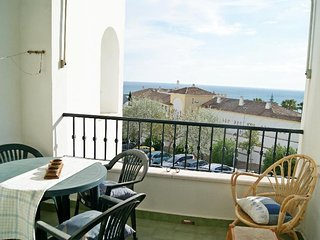2 bedroom Apartment with Walk to Beach & Shops - 5389084
