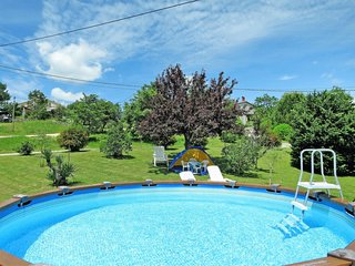 Martinski Holiday Home Sleeps 7 with Pool Air Con and Free WiFi