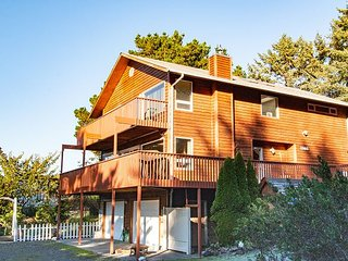 NEW! 2 nights FREE 2 min beach, Quiet, large decks, BBQ, WiFi/Cable, Pets