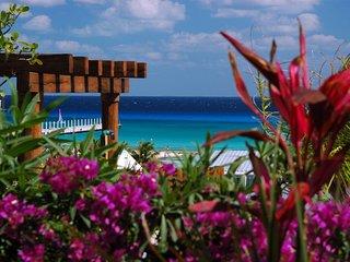 Ocean Views 3 BR Penthouse condo Maya Villa, 413 1 block to Beach