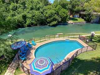 Immaculate Comal riverfront! across from Schlitterbahn! Pool & river access!