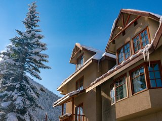 Corner Loft with Private Mountain View Jacuzzi! Access to Spa Facility