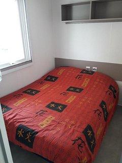 chambre 2 avec 1 grand lit, placard, rideau occultant et chauffage