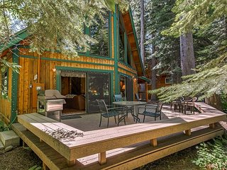 Fall Savings! Charming 3BR Chalet w/ Fireplace & Loft - Close to Donner Lake