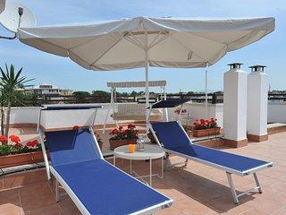 Scorcio del terrazzo di 100mt q, dove è fantastico potersi rilassare sui lettini al polentino romano