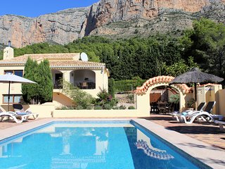 Wonderful luxury 4 bedroom, 3 bathroom villa with stunning mountain views