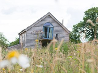 Wild Meadow Cottage with woodburner, balcony and stunning views
