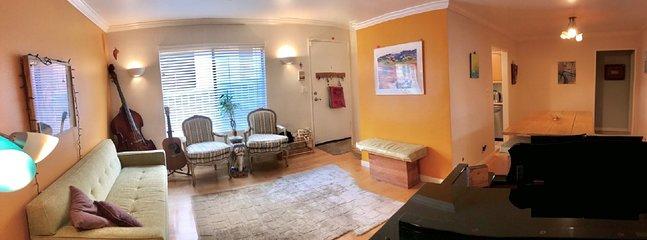 Inbjudande rymligt vardagsrum för avkoppling eller underhållning med vacker södra exponering