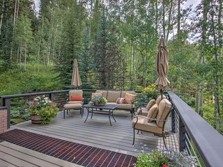 Stunning mountain view home w/ large deck & atrium - quick drive to slopes!