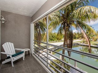 2/2 corner unit condo just a mile from Sombrero Beach