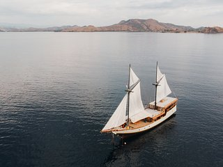 Sailing Komodo with Samara Phinisi