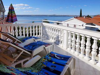 2 bedroom Apartment with Air Con, WiFi and Walk to Beach & Shops - 5640953