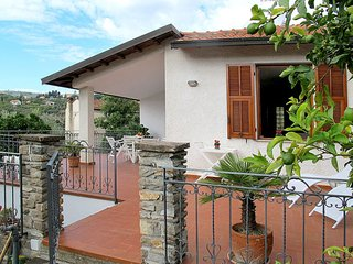 2 bedroom Villa with Air Con and Walk to Shops - 5651180