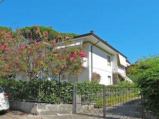 Lido di Camaiore Apartment Sleeps 5 with Air Con - 5651585