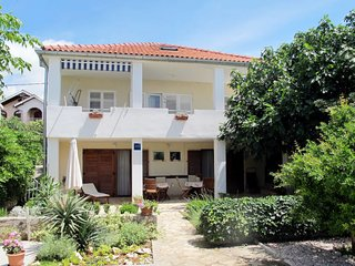 4 bedroom Apartment with Air Con, WiFi and Walk to Beach & Shops - 5638818