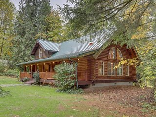 Riverfront log home on the Sandy River with trail access to beach!