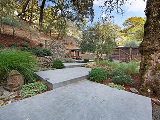 Luxurious wine country home w/ garden patio, courtyard & outdoor fireplace!