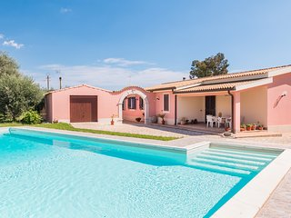 PINO-HOUSE near the sandy beach with pool, parking & wi.fi