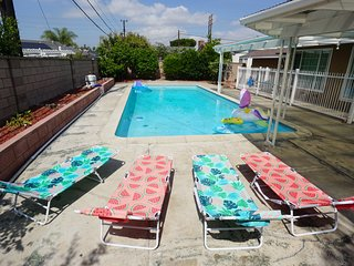 Spacious Pool House with private yard and pool 10 mins (4 miles) from Disneyland