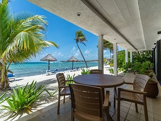 Charming Kid-Friendly condo right on beach - Great Snorkeling, AC, Wifi