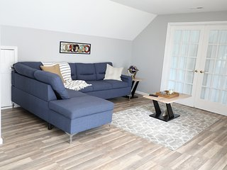 Cute, cozy modern apartment 20 min ohare and midway airports and 30 min to dt