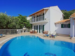 Villa Oneiro: Private pool, stunning views, WiFi, A/C