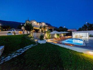 Sun-kissed luxury Mediterranean villa Pregledaj oglas