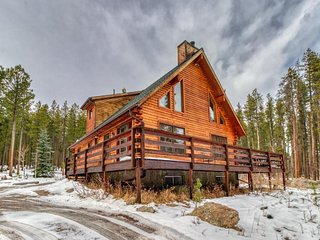 NEW LISTING! Roomy, dog-friendly cabin w/full kitchen, deck & Ping-Pong table