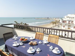 Teseo - Spacious beachfront apartment with panoramic terrace
