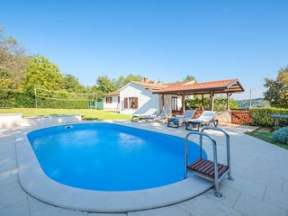2 bedroom Villa with Pool and WiFi - 5641123