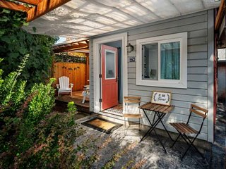 Southwest Portland Tiny House - Near The MAX, Walk-able To Many Restaurants, Bar