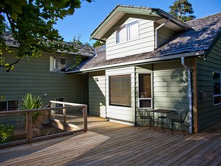 Large Private 3 Bedroom House at Chesterman Beach with Cedar Sauna, Hot Tub