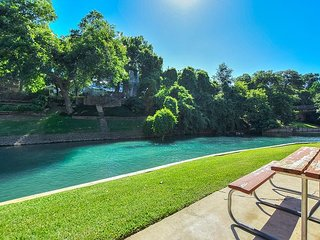 Private access to the Comal River and walking distance to Schlitterbahn!