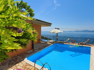 Spacious villa, large private pool, fantastic sea views, WiFi. A/C