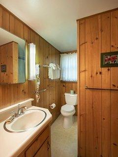 Full bathroom, main floor