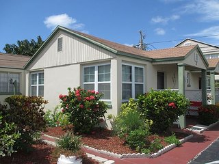 Updated Beachy Cottage on Madeira Beach- Heated Pool & Ground Floor!