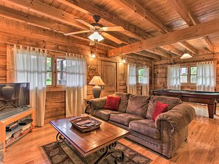 'Hadley's Hideaway' Pigeon Forge Cabin w/Hot Tub!